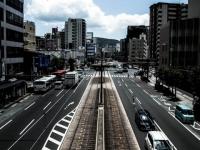路面に電車が走る街